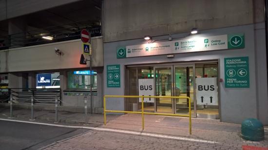 Passaggio per raggiungere la stazione dal piano terra degli arrivi dell'Aeroporto di Caselle