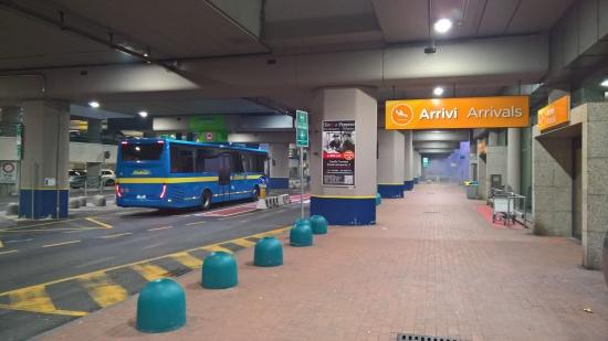 Fermata bus SADEM presso l'uscita arrivi della Aerostazione di Caselle