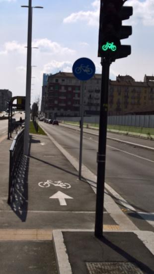 I bellissimi semafori per le biciclette (anche in corrispondenza dei soli passaggi pedonali)